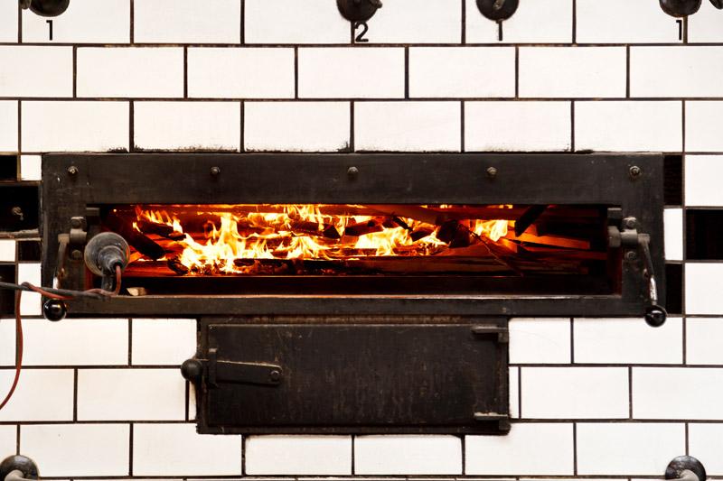 Brennende unbehandelte Hölzer im Ofen