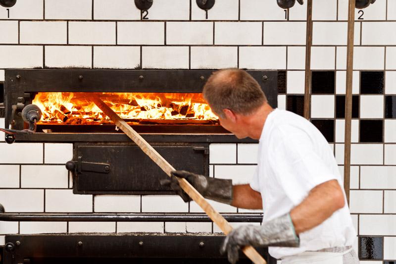 Holzofen wird auf Temperatur gebracht