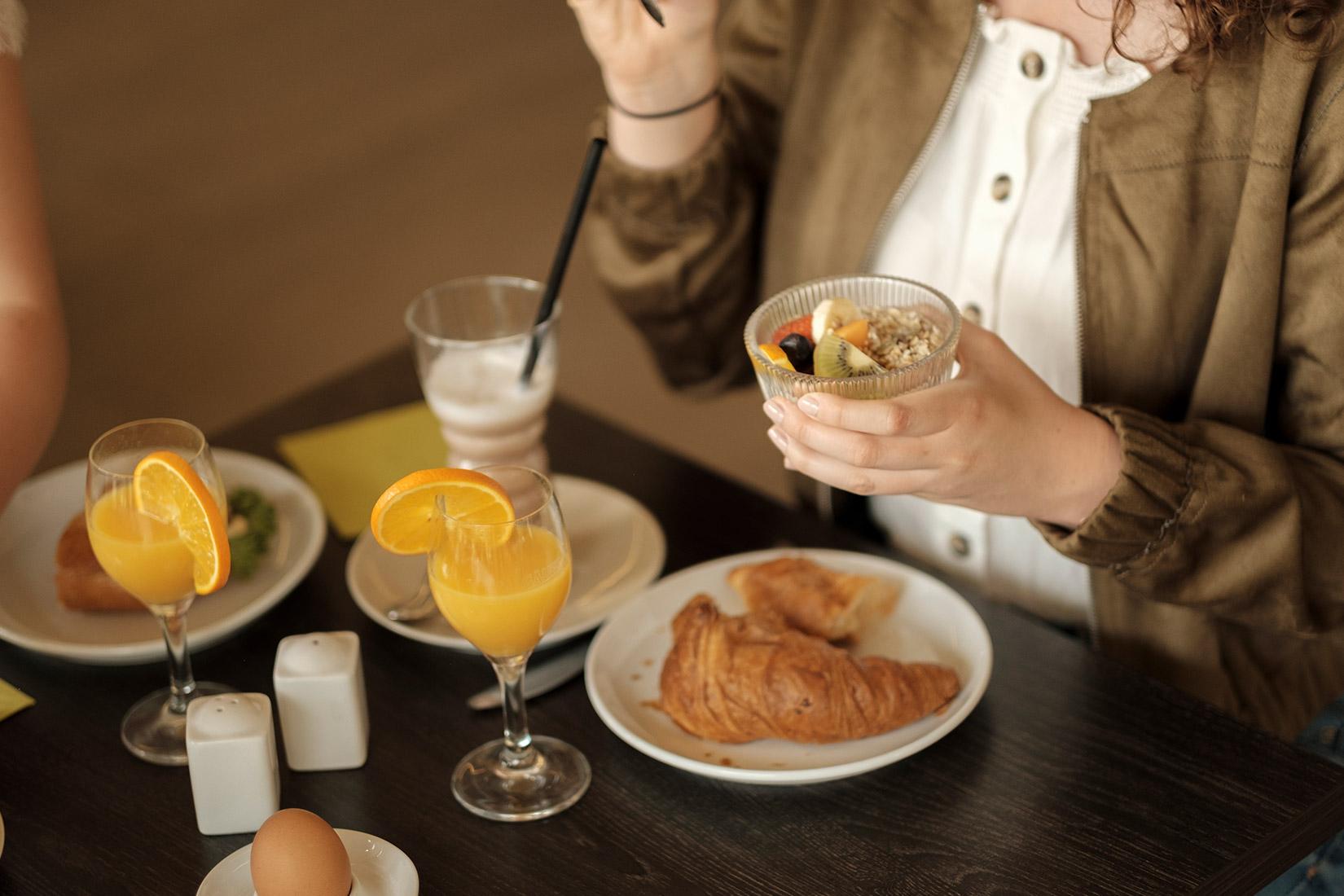 Französisches Frühstück beim Schützenbäck mit Orangensaft, Croissants, Müsli, Eiern