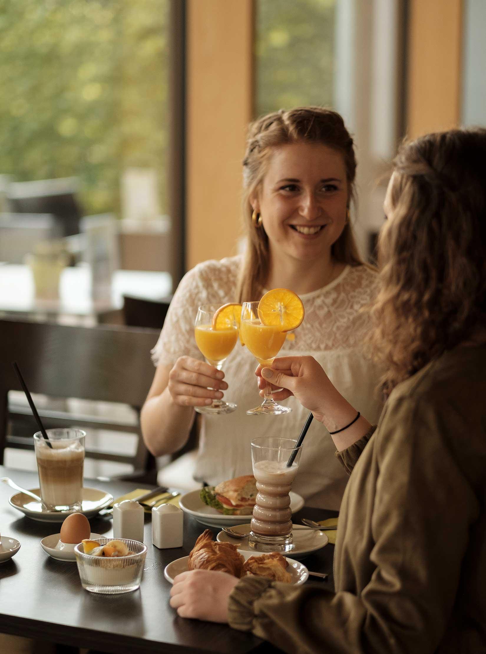 Leckeres Frühstück mit Orangensaft