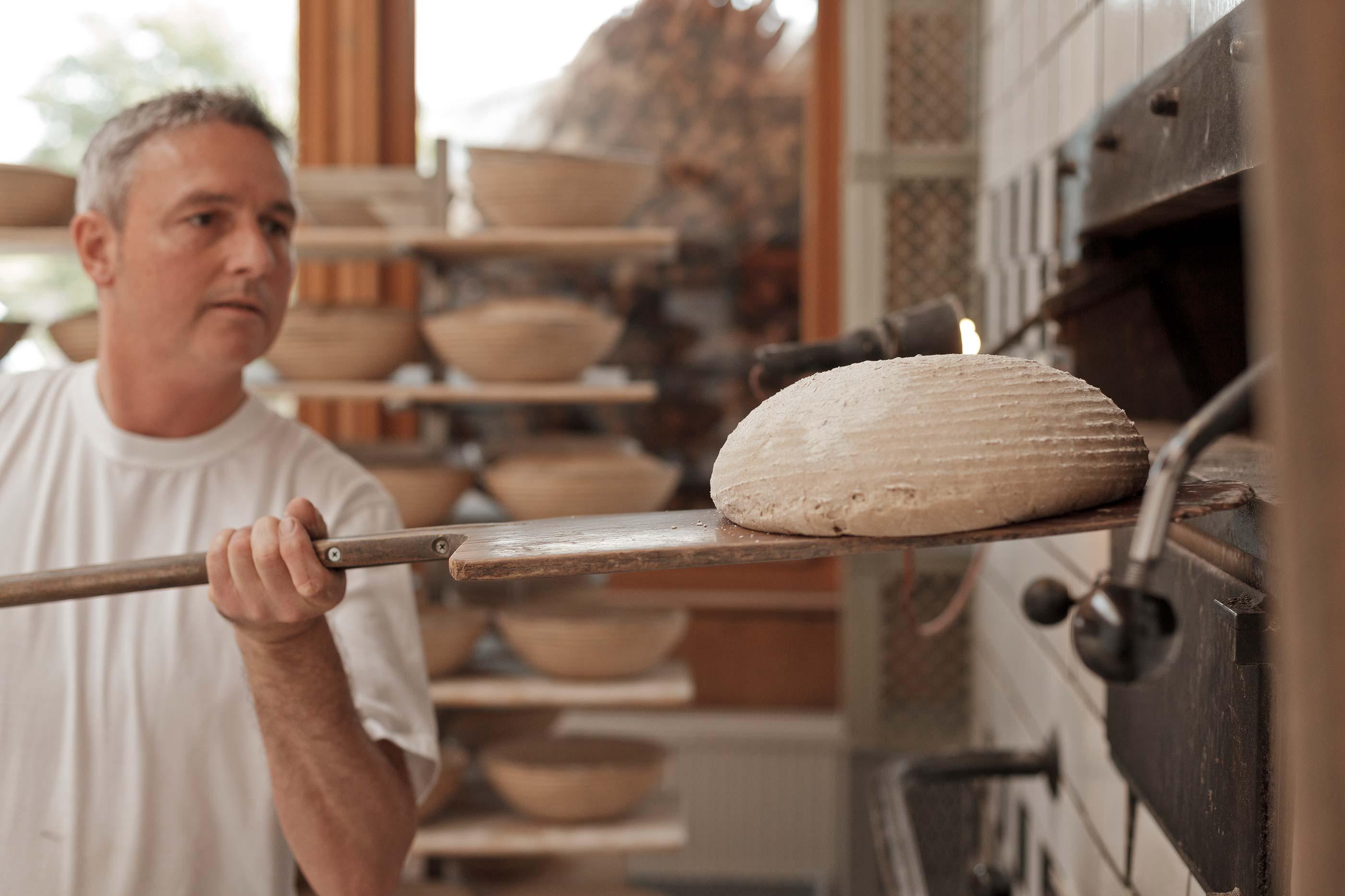 Handwerkliche Herstellung vom Urhalmer Holzofenbrot und backen im Holzofenbrot