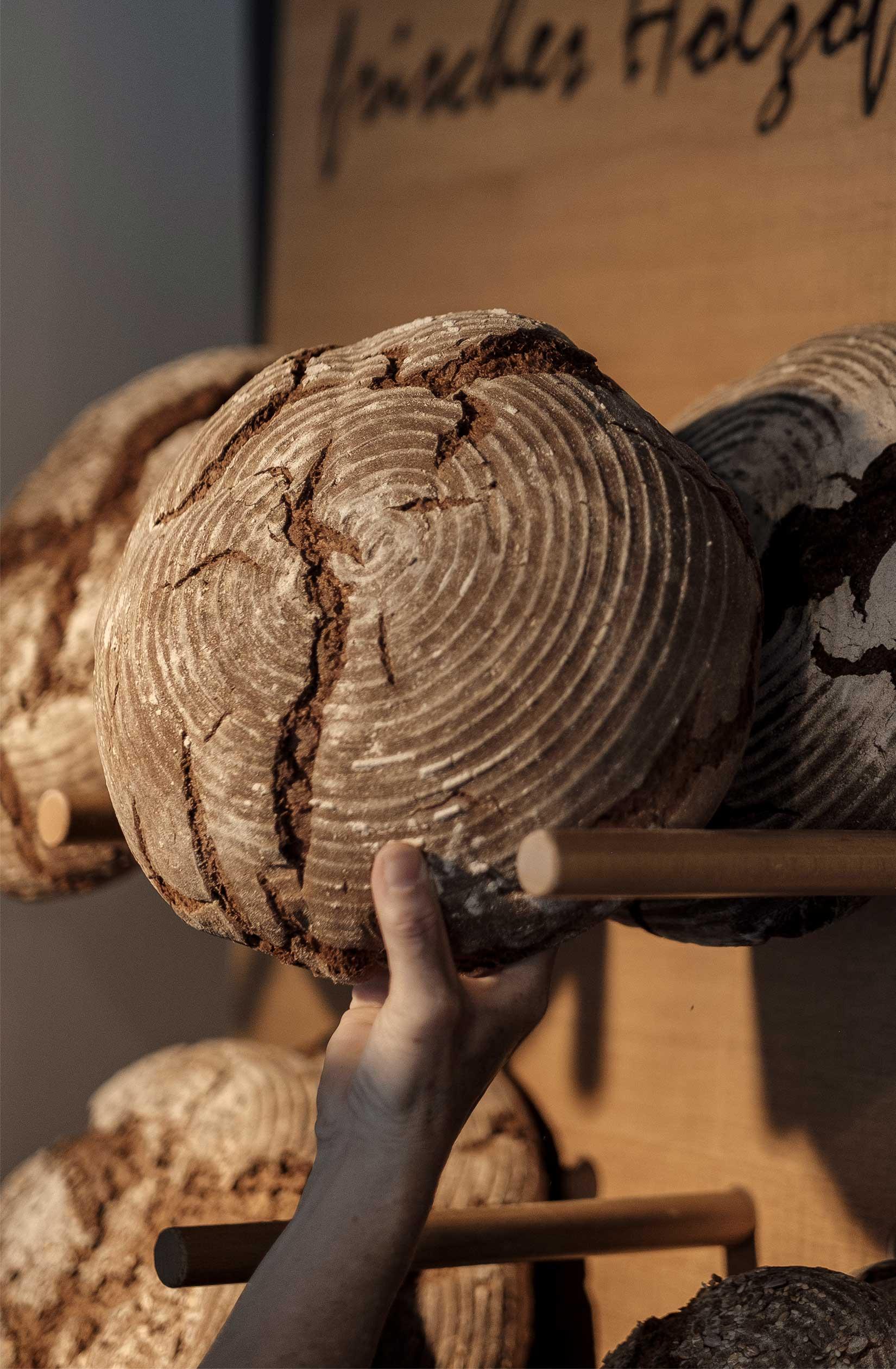 Laib frisches Urhalmer Holzofenbrot