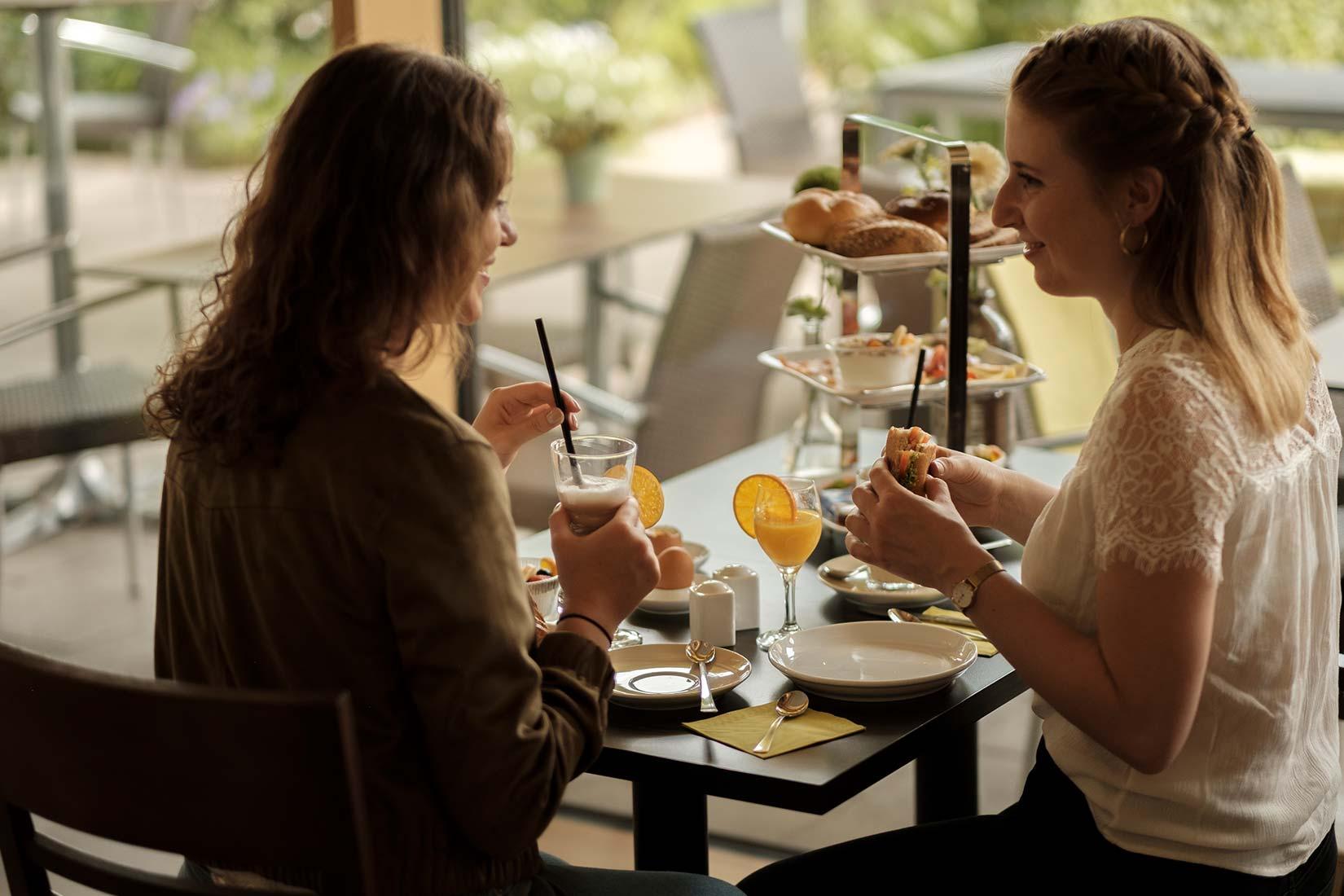 Leckeres Frühstück für zwei Personen mit Orangensaft und Kaffee