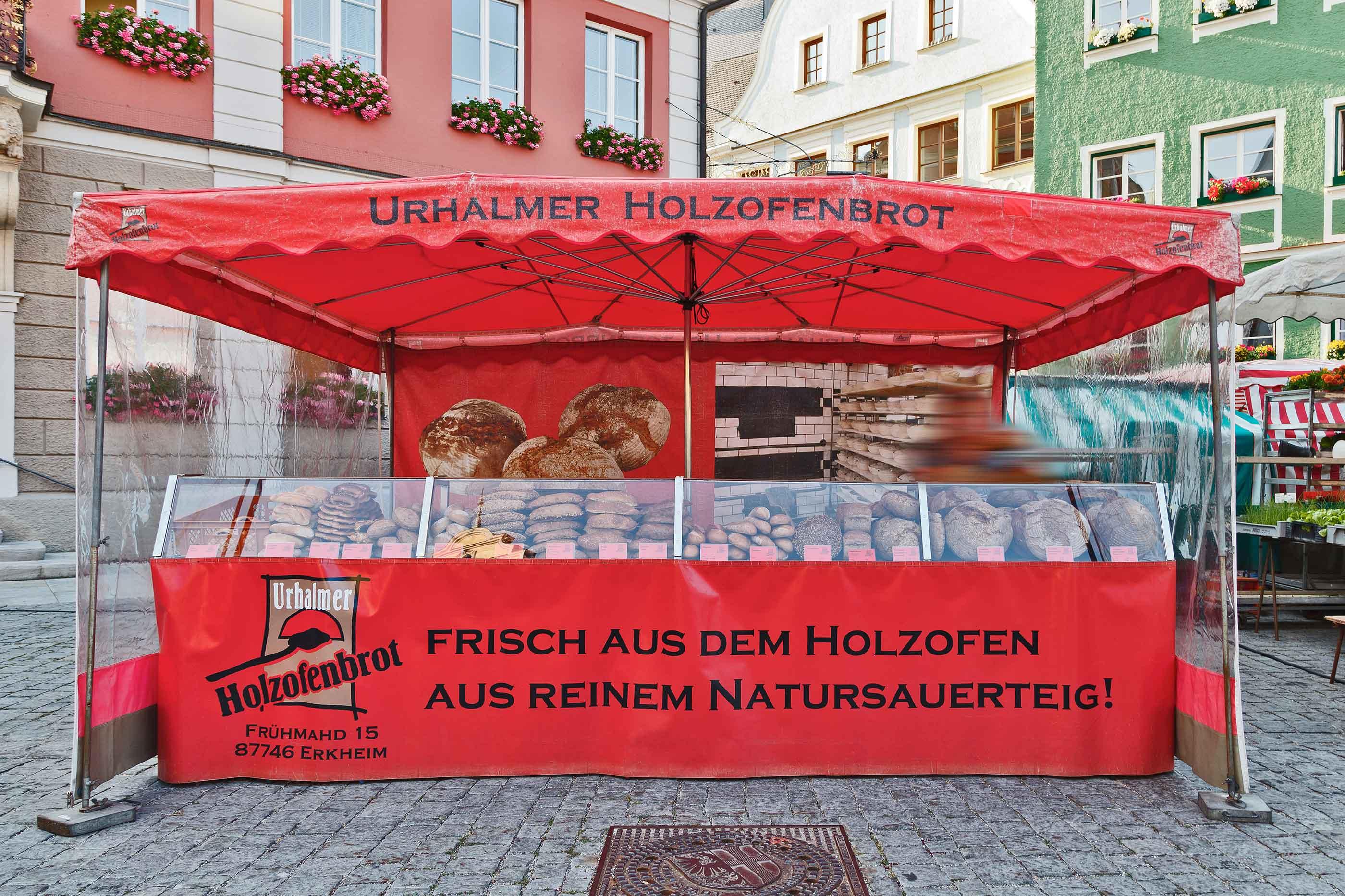 Roter Marktstand vom Schützenbäck auf dem Memminger Wochenmarkt