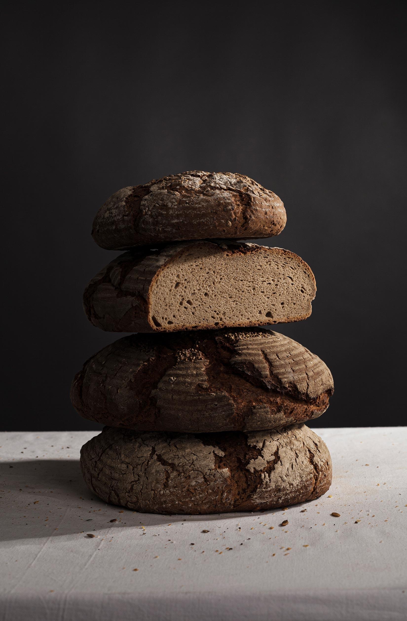 Rustikales Brot mit kräftiger Kruste aus dem Holzofen