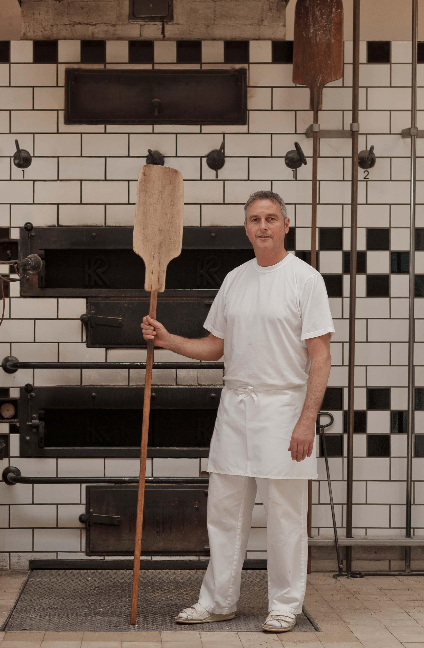 Thomas Schütz am Holzofen für das Urhalmer Holzofenbrot